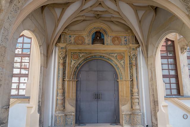 Torgau, Schloss Hartenfels: Renaissanceportal im Basisgeschoss des Wendelsteins