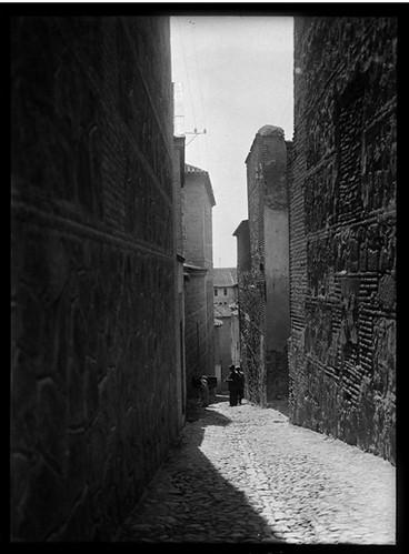 Calle Garcilaso de la Vega (junto a Santo Domingo el Antiguo) en Toledo hacia 1920. Fotografía de Enrique Guinea Maquíbar © Archivo Municipal de Vitoria-Gasteiz