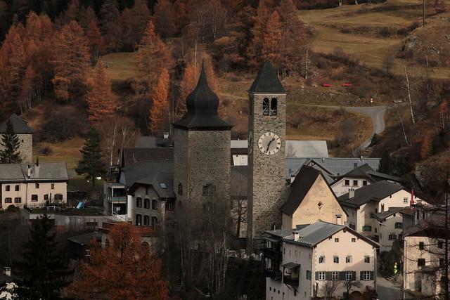 Tour Planta Susch ( Plantaturm  - Baujahr um 13. Jahrhundert des Mittelalter - Wohnturm Wehrturm Turm tour torre tower ) im Dorf Susch - Süs bei Zernez im Unterengadin - Engadin im Kanton Graubünden - Grischun der Schweiz