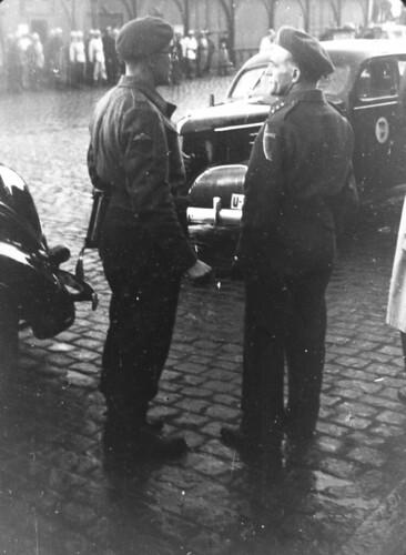 Norsk og britisk offiser i konversasjon  (1945)