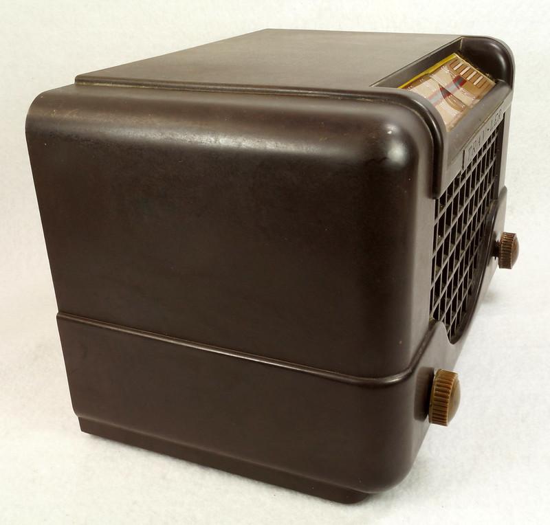 RD11401 Vintage Mid Century 1948 TRAV-LER 5066 Brown Bakelite Case TUBE RADIO DSC09656