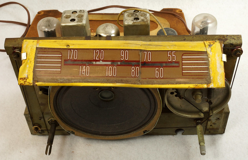 RD11401 Vintage Mid Century 1948 TRAV-LER 5066 Brown Bakelite Case TUBE RADIO DSC09636