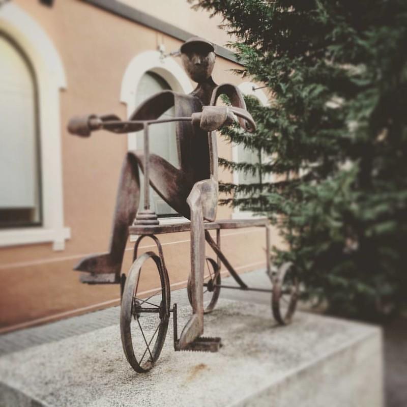 Escultura a l'entrada del Museu dels Joguets a Dénia, una molt agradable sorpresa. Les industries derivados de la pansa, des de 1910 van reconvertir-se moltes en fàbriques de joguets, exportant la capital del Marquesat joguets per tot arreu. Una visita mo