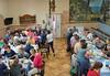 Die Gäste aus Deutschland beim Abendessen im Speisesaal des Heimathauses, rechts im Bild ist die Krippe der ehemaligen Stallung zu sehen. Foto von Cornel Gruber.