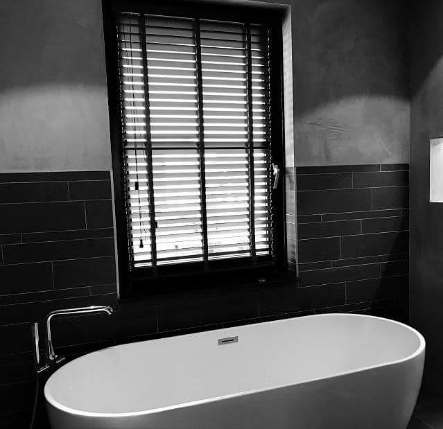 jaloezieen in de badkamer