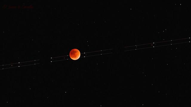 Plane Over Mega Eclipse   Avião Sobre o Mega Eclipse