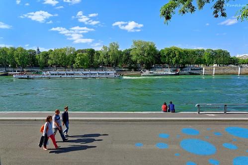 paris france quay quaidorsay promenade walking seine river boats barge péniches trees arbres nuages nikon d7100 people streetshot 1685mmf3556 16mm pantchoa françoisdenodrest pantxoa