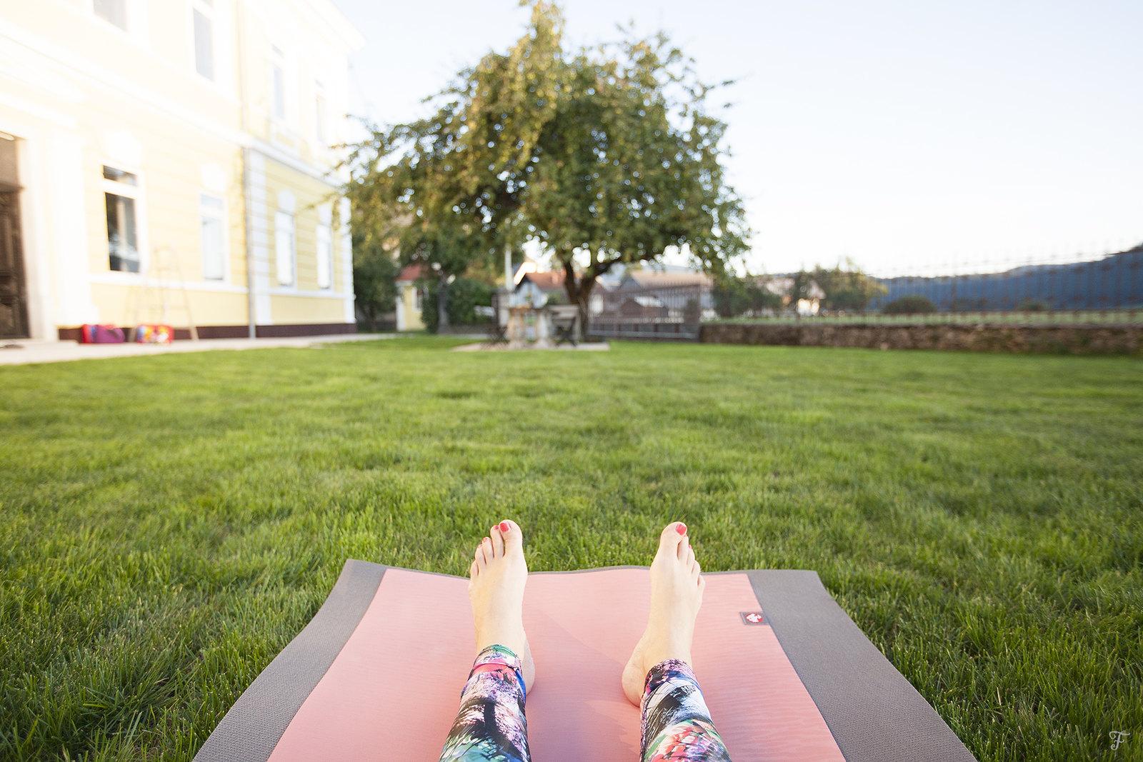 fensismensi-hostel24-bloke-yoga retreat-savasana