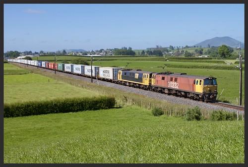ef30232 ef rail international orange tr bumblebee kiwi train railways 25kv 390 maersk containers ef30013 brush electrical machines waikato kingcountry teawamutu traction
