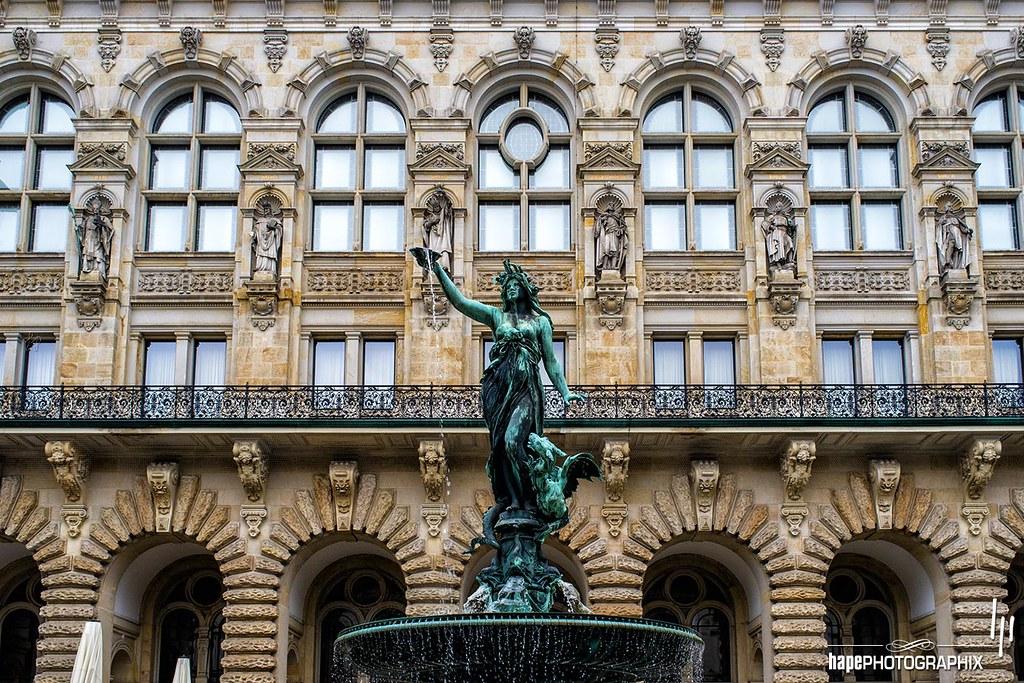 Hygieia-Brunnen vor Rathausfassade
