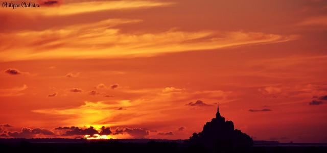Couché de soleil orangé sur le mont Saint Michel