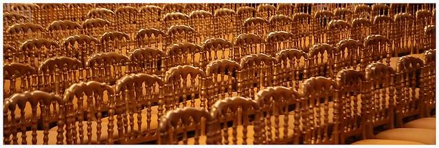 Chaises alignées