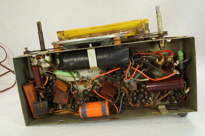 RD11401 Vintage Mid Century 1948 TRAV-LER 5066 Brown Bakelite Case TUBE RADIO DSC09639