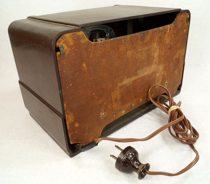RD11401 Vintage Mid Century 1948 TRAV-LER 5066 Brown Bakelite Case TUBE RADIO DSC09653
