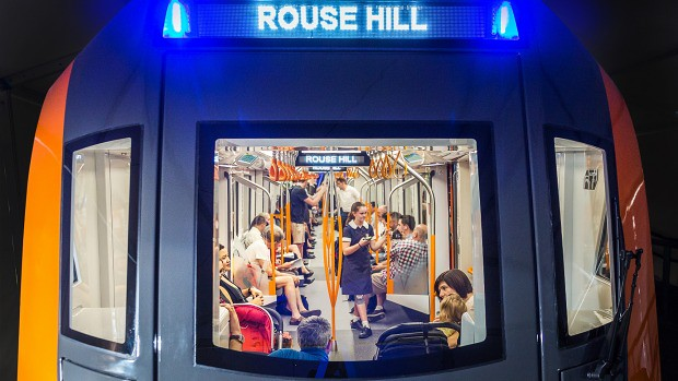 Gente a bordo del transporte público en Sydney
