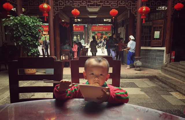 Niño comiendo noodles en China