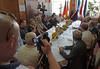 Der Bürgermeister begrüßt die Gäste im Gemeindehaus