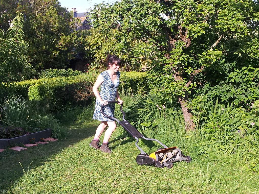 tondeuse mecanique 01 tondre la pelouse sans p trole ni. Black Bedroom Furniture Sets. Home Design Ideas