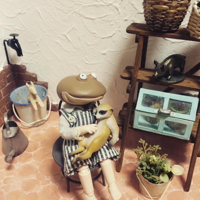 #miniature #ミニチュア #ガチャガチャ #フリカエル人生 #バジェット  ダルダルなミーアキャットさん、だっこのポーズにぴったり💕 本当はバナナの皮のガチャが欲しかったんだけど、近所に無かった😞