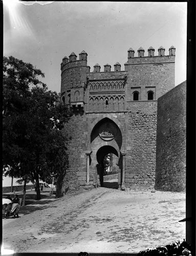 Puerta del Sol en Toledo hacia 1920. Fotografía de Enrique Guinea Maquíbar © Archivo Municipal de Vitoria-Gasteiz