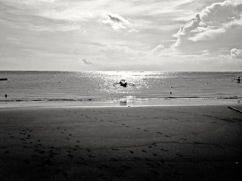 sunset sky blackandwhite bali sun blancoynegro sol beach clouds indonesia atardecer boat sand paradise playa arena cielo nubes paraiso footprint bote huellas kutabeach bonsailara1