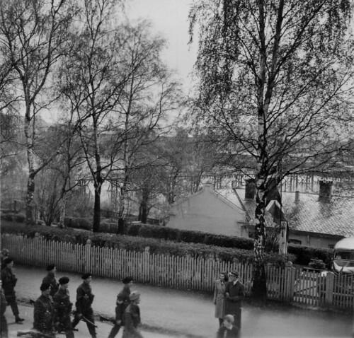 Skotske infanterisoldater marsjerer gjennom Elvegata (1945)