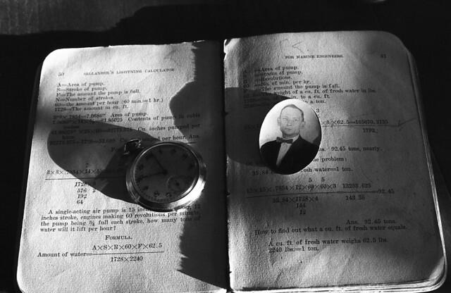 Mi abuelo, su reloj y uno de sus libros (PentaxHWNov15008)
