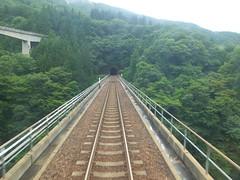 当駅の南で沢を渡る 左手の橋はダム管理用道路(林道桑原線)