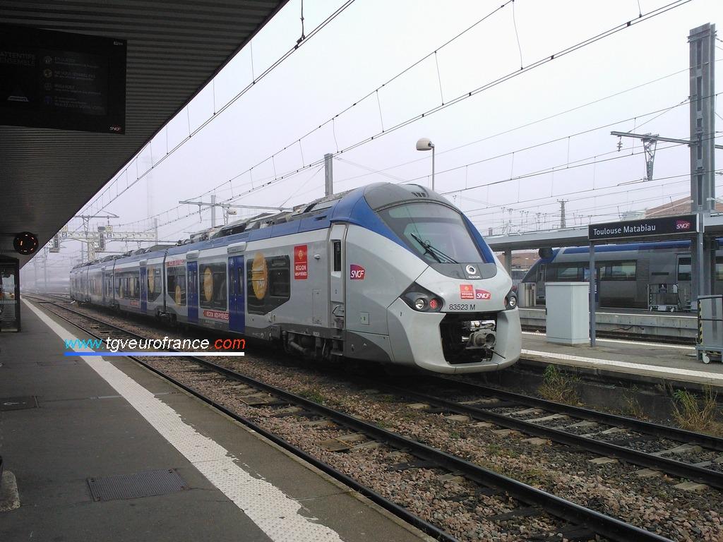 Une automotrice bimode B83500 Régiolis Alstom (rame B83523-B83524 SNCF) quittant la gare de Toulouse Matabiau