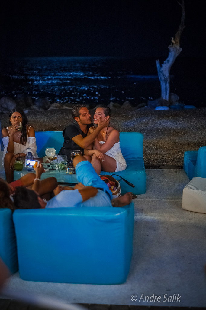 тёплой летней ночью в баре у Средиземного моря