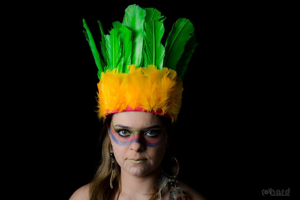 Yanomami, é outra tribo muito conhecida no Brasil. Apesar de possuir uma área com quase 10 milhões de hectares, os 19 mil índios estão sempre em confronto com mineradores ilegais.  #hardphotographia #mulheresdepindorama #portrait #portraitfestival #makeup