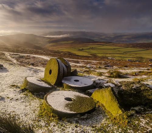 stanageedge peakdistrict derbyshire abandonedmillstones millstones millstonegrit winter snow morning sunrise overowlertor derwentvalley mist