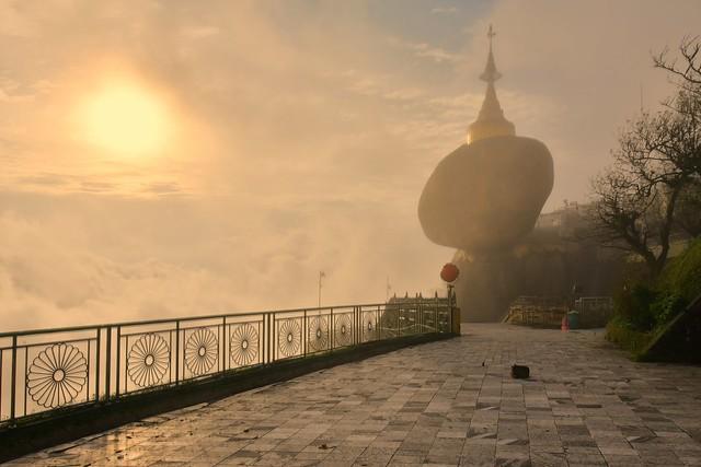 The golden rock (Kyaiktiyo Pagoda), Myanmar D810_736