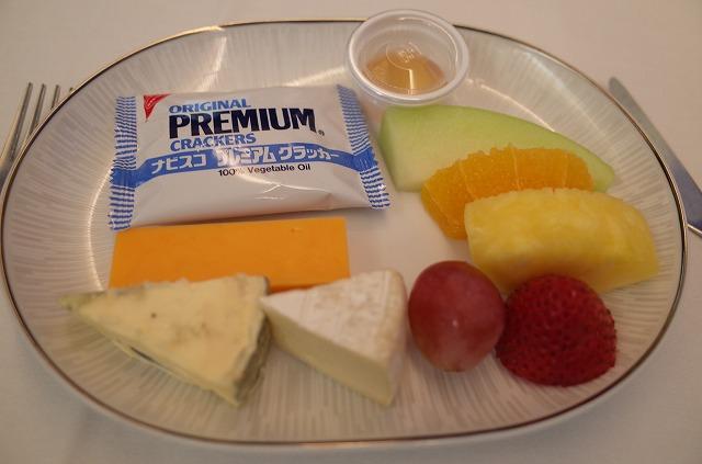 <p>g)チーズとフルーツ</p>