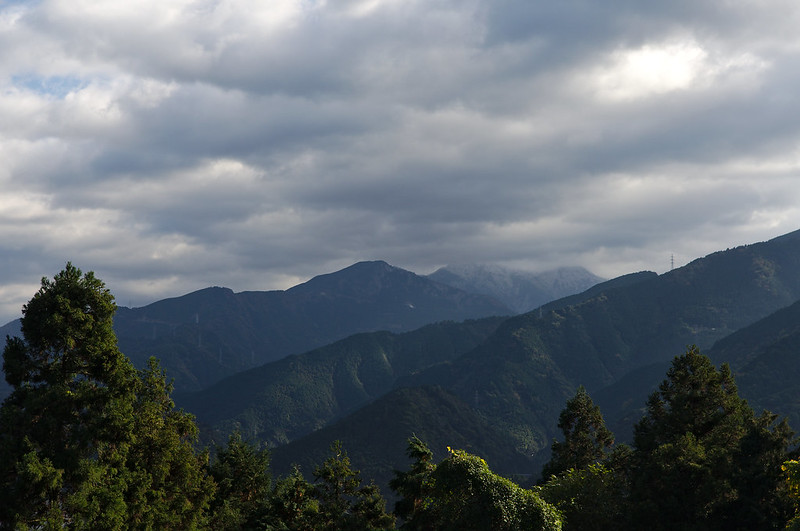 Observez les sommets enneigés au fond