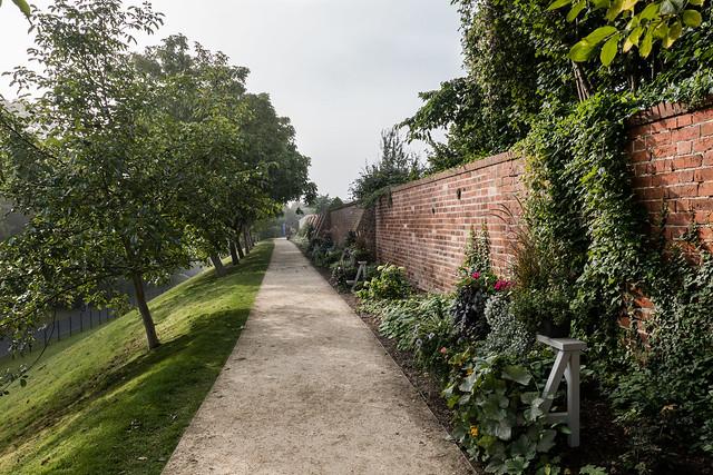 Havelberg, BUGA 2015: Weg entlang der Umfassungsmauer des Dombezirks