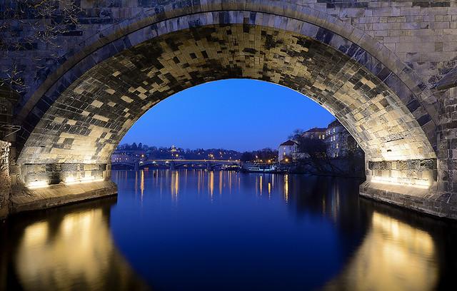 Praha 14.2.2017 | Nevšední pohled na Karlův a v pozadí Mánesův most. (Karlův most v popředí)