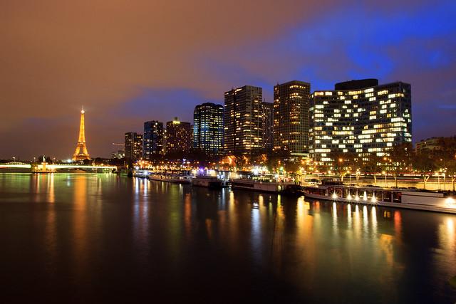 La nuit tombe sur la tour Eiffel