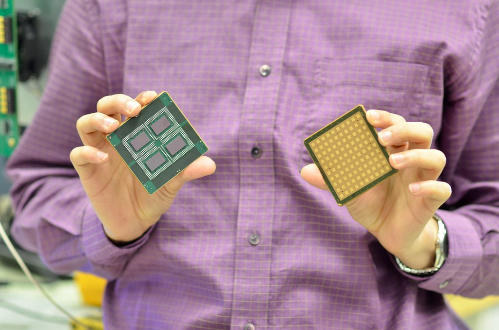 Top and bottom images of the silicon-based mmWave phased a… | Flickr