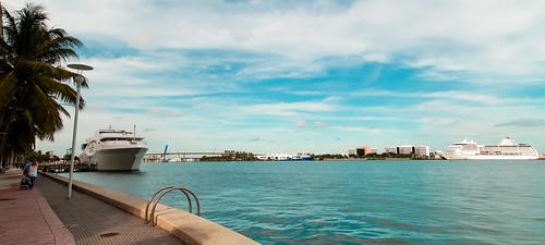 miamifl miamicity waterways walking downtownmiami downtown blue seashore city yacht themiamiriverwalk outdoors urban urbanexploration