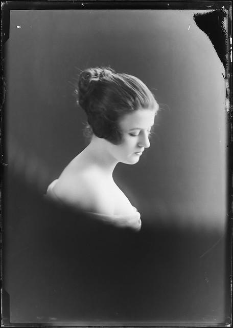 24-23 Portrait of a woman 1916