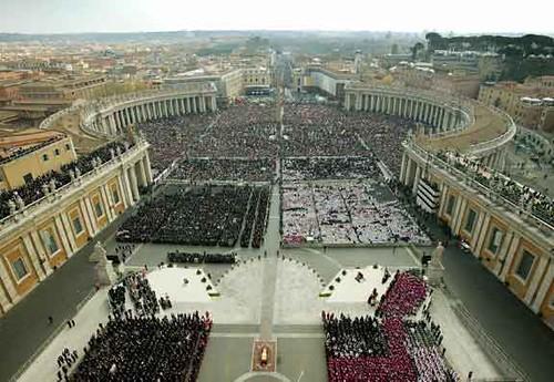 Resultado de imagen para Fotos de Entierro multitudinario del papa Juan Pablo II