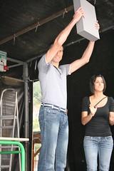 En la imagen se puede ver a Javier Villalobos ofreciendo el premio al público asistente