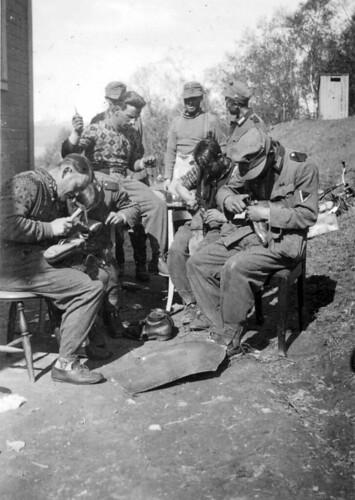 Reparasjon av klær og sko i fritiden sommeren 1940
