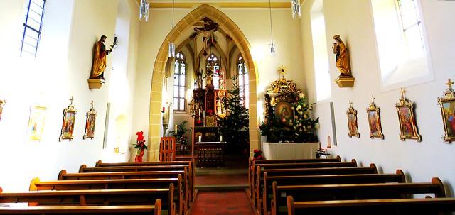 Weite und helle  katholische Kirche in Dettensee - Langhaus mit Chorraum - 21 mm