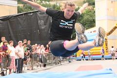 En la imagen se puede ver a un atleta realizando un salto.
