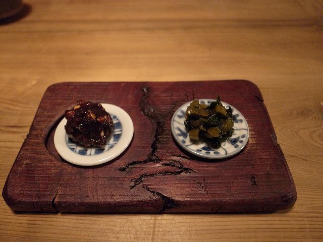 <p>c)お通しは野沢菜の酢漬けとそば味噌</p>