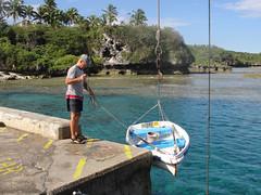 wo, 29/09/2010 - 22:08 - 35_ Met een klein kraantje wordt de bijboot aan land getakeld
