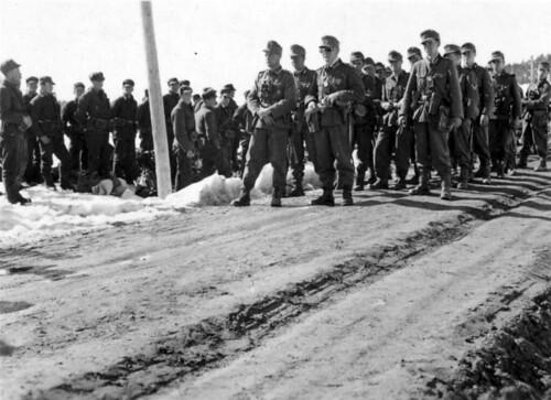 Bergjegerne har rastet ved Kvam, norske soldater (som nettopp har kapitulert) står og ser på.