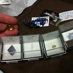 左上からウランガラスのビーダマ オーロラ水晶 アクアマリン結晶  左下蛍石青紫 カンラン石 緑柱石 蛍石(薄青)